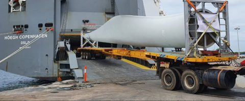 Höegh Autoliners load 35m windmill blade in Ennore