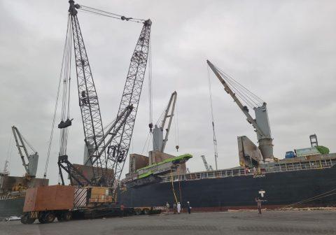 Star Shipping discharging cargo at Karachi
